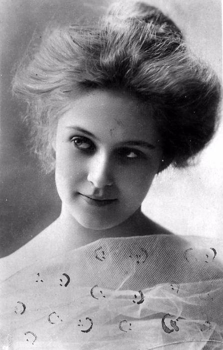 Самая успешная актриса бродвейских комедий, номинантка на премию «Оскар» в 1938 году.
