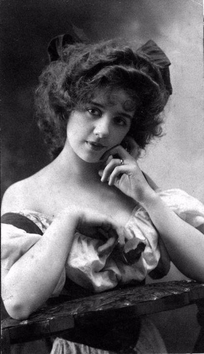Популярная американская хористка и актриса, одна из востребованных натурщиц Нью-Йорка, «девушка Гибсона».