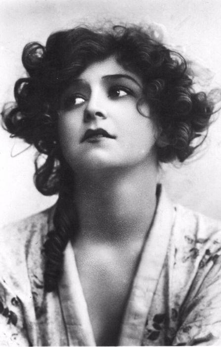 Одна из самых фотографируемых женщин того времени, которая так и не смогла после развода вернуть былую славу.