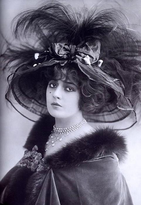 Дама в накидке, обшитая мехом, с незаменимым атрибутом начала 20 столетия - шляпе.