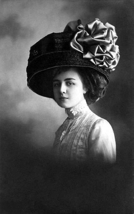 Обязательный модный атрибут женщин - это шляпа, украшенная сеткой и черным бантом.