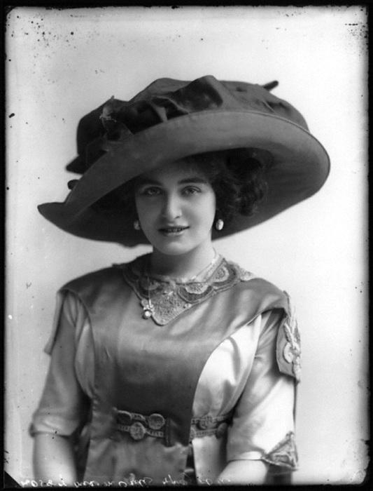 В моде была бледная «алебастровая» кожа, поэтому дамы носили широкополые шляпы, которые прикрывали лицо от солнца.