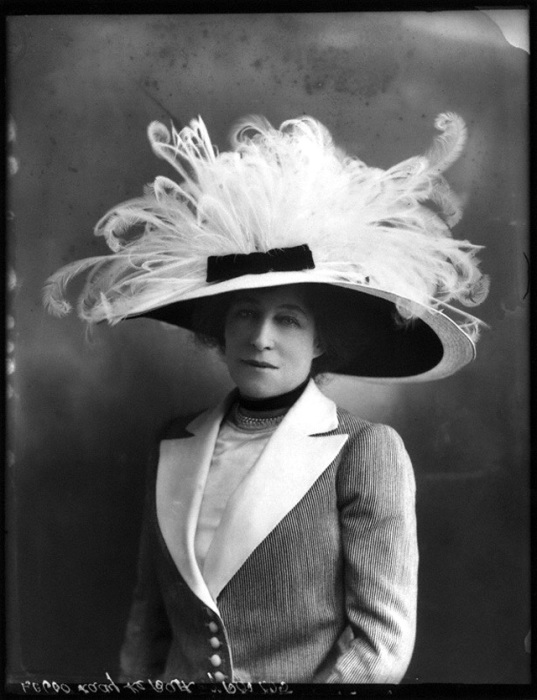 Роскошная представительница женского пола в оригинальном шляпном фасоне.