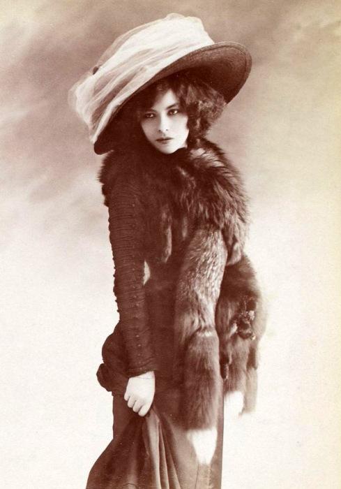 Аристократка викторианской эпохи в шляпке и меховом полушубке, предназначенный для холодной погоды.
