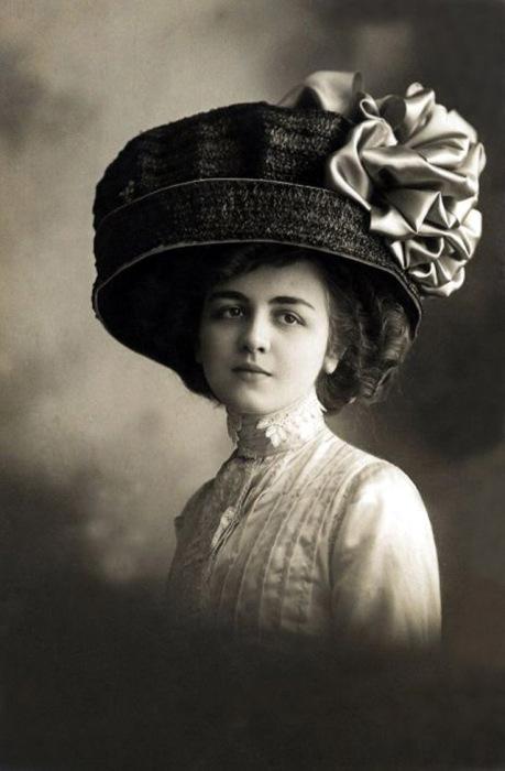 Интересно, как же держится такая шляпка на миниатюрной голове женщины?