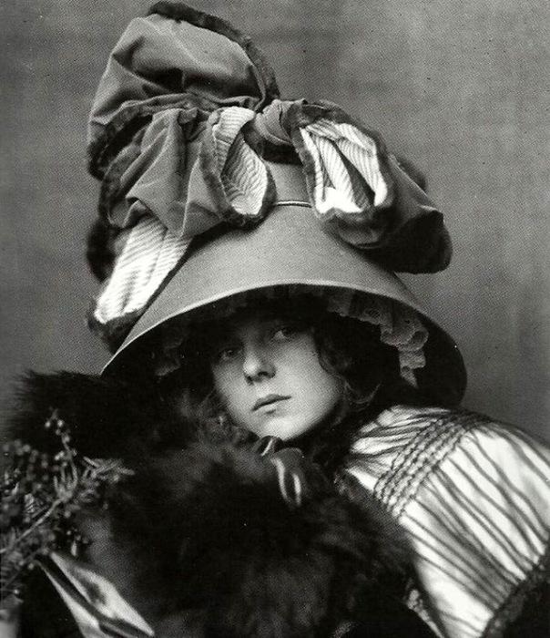 Шляпы могли украшаться лентами, перьями, блестками, цветами, бантами, а так же чучелами птиц.