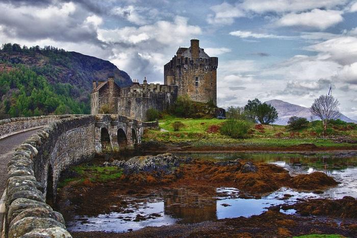 Заброшенный замок Эйлен-Донан расположен на скалистом острове, лежащем во фьорде Лох-Дуйх в Шотландии.