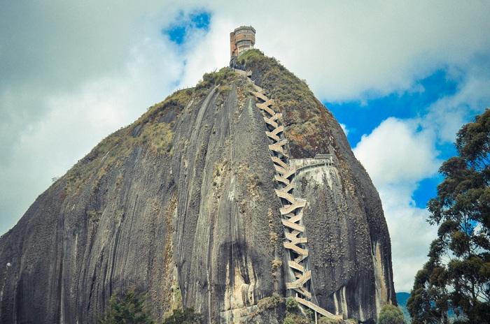 Гигантская скала, являющаяся одной из самых необычных в мире.