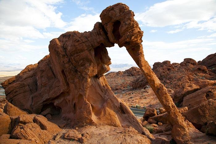 В долине старейшего парка штата Невада, расположен природный скальный песчаник похожий на слона.