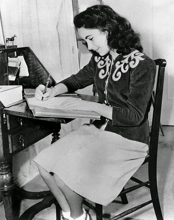 За своим любимым столом, 1945 год.