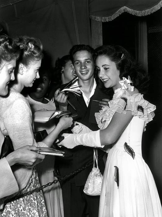 Тейлор раздает автографы для своих поклонников в ночном клубе в 1946 году.