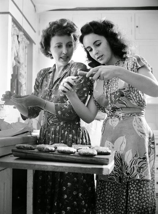 Элизабет со своей мамой у себя дома в Лос-Анджелесе, 1947 год.