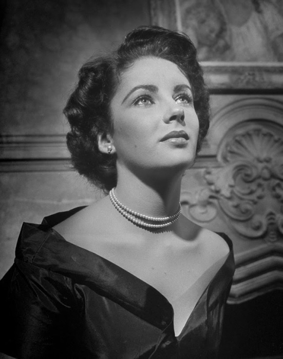 Элизабет в ожерелье из жемчуга.