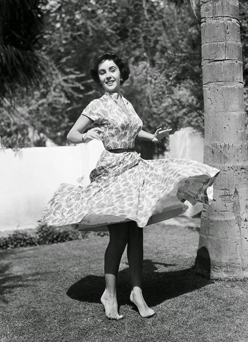 Тейлор танцует у себя дома в Лос-Анджелесе, 1948 год.