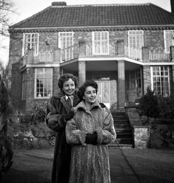 Элизабет Тейлор и её мама, Сара, в 1948 году.