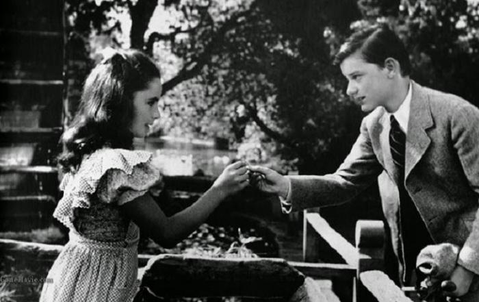 Лиз и школьник Джо (Родди МакДауэлл) в фильме «Лесси возвращается домой».