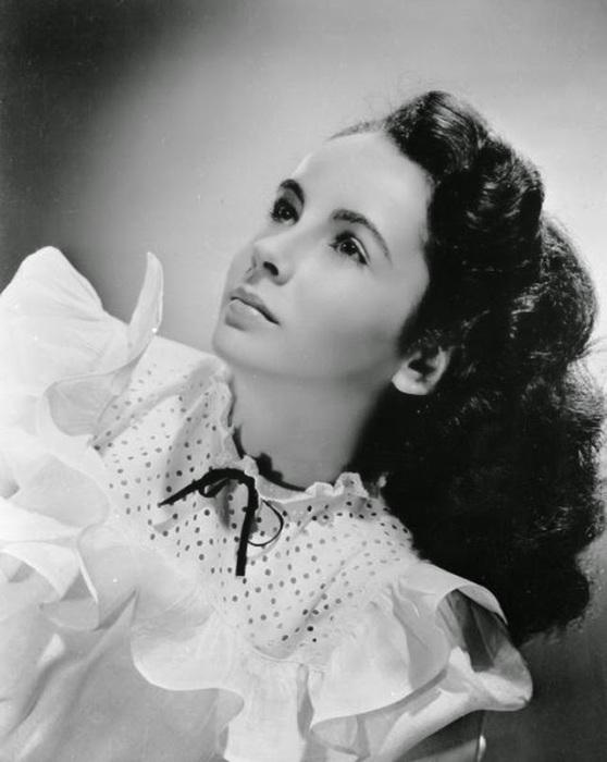 Необычные и удивительные глаза, позволили Элизабет приблизиться к своим успехам в киноиндустрии.