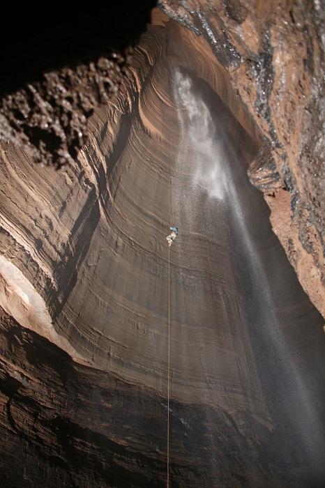 Глубина пещеры составляет 178 метров и это просто мечта для любителей спусков на канатах.