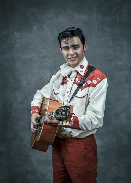 Любовь к музыкальным инструментам у молодого певца появилась с ранних лет.