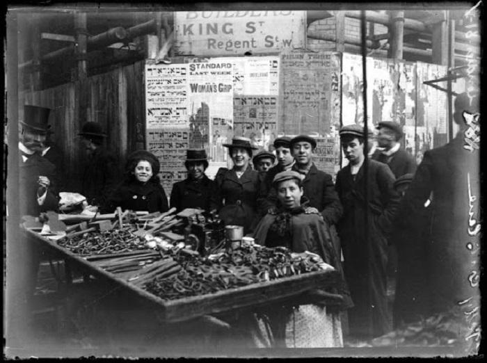 Уличная торговля в центре города, 1900 годы.