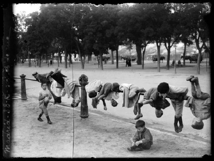 Дети играют в парке. Испания, Мадрид, 1908 год.