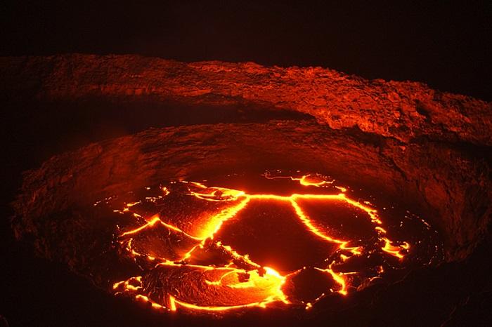 Жемчужина Данакиля - базальтовый щитовой вулкан, с лавовым озером в кратере.