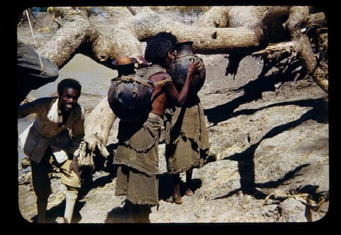 Африканки на берегу реки.