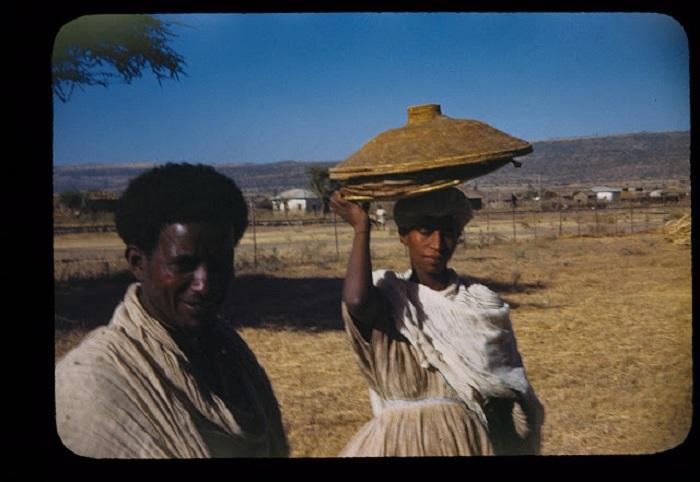 Молодая семья идет на базар, что бы продать лепешки и заработать деньги.