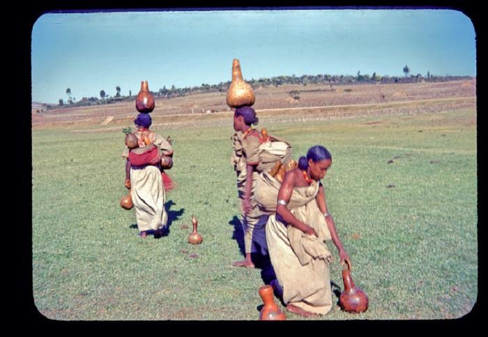 Молодые эфиопки несут домой продукты за спиной и сосуды с водой за несколько тысяч километров.