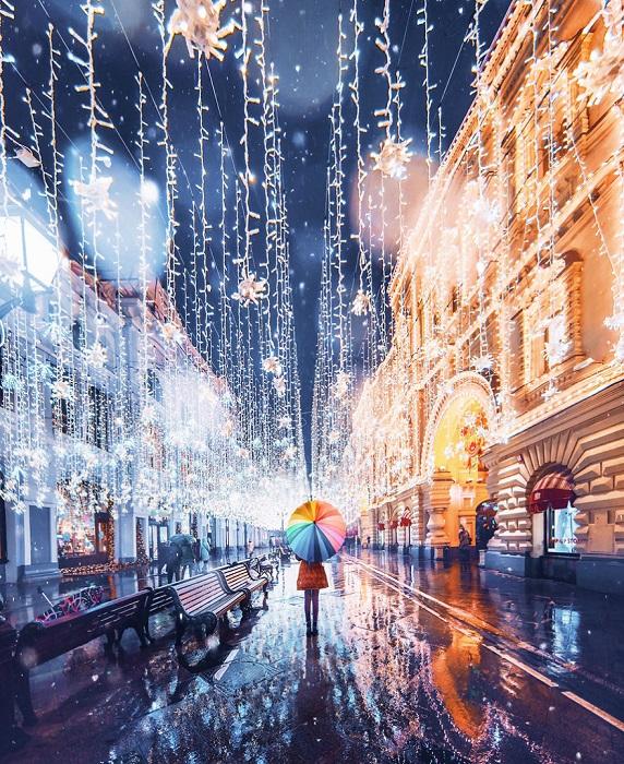 Небольшой дождь не может испортить предновогодний облик старой Москвы, которая готовится к встрече Нового Года.