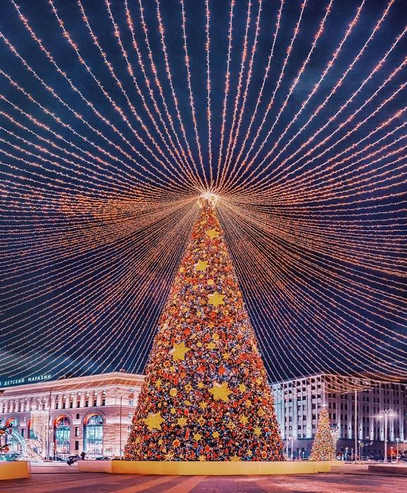 Впечатляющая и нарядная 25-метровая красавица, украшенная большими светящимися шарами, уютно расположилась на Лубянской площади.