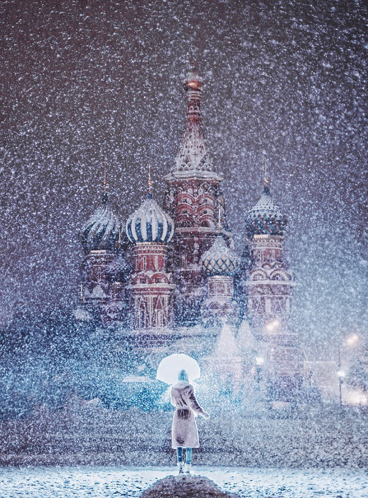 Фигурные разноцветные купола собора Василия Блаженного видны даже во время зимней метели.
