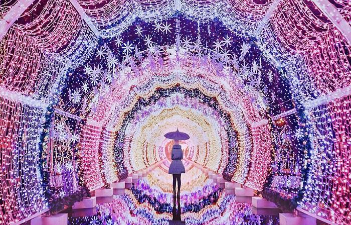 Светящийся тоннель, установленный  на Тверском бульваре, талантливый  фотограф превратила в настоящую дорогу в сказку.