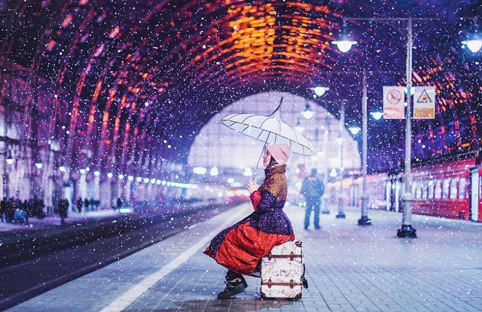 Праздничные железнодорожные вокзалы обладают своей собственной неповторимой магией и особым «чемоданным» настроением.