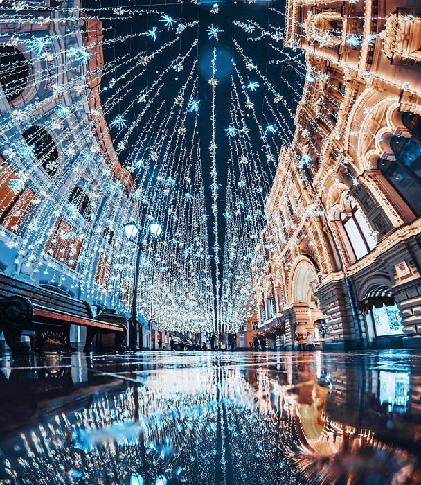 Навесная световая конструкция на Никольской улице состоит из миллиона разноцветных сияющих звездочек различного размера.