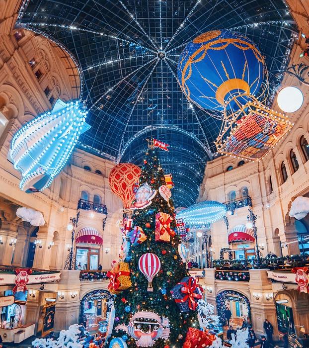 Столица России полностью преображается в преддверии самого долгожданного торжества - новогодних праздников.