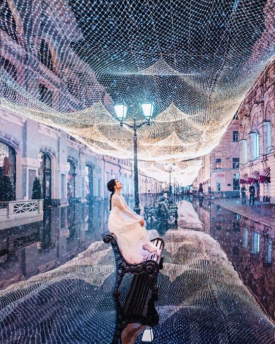 Никольская улица, несмотря на дождливую погоду, радует прохожих необычной световой инсталляцией.