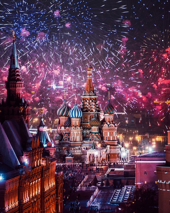 В преддверии праздника небо над собором Василия Блаженного озаряется яркими огнями многочисленных фейерверков.