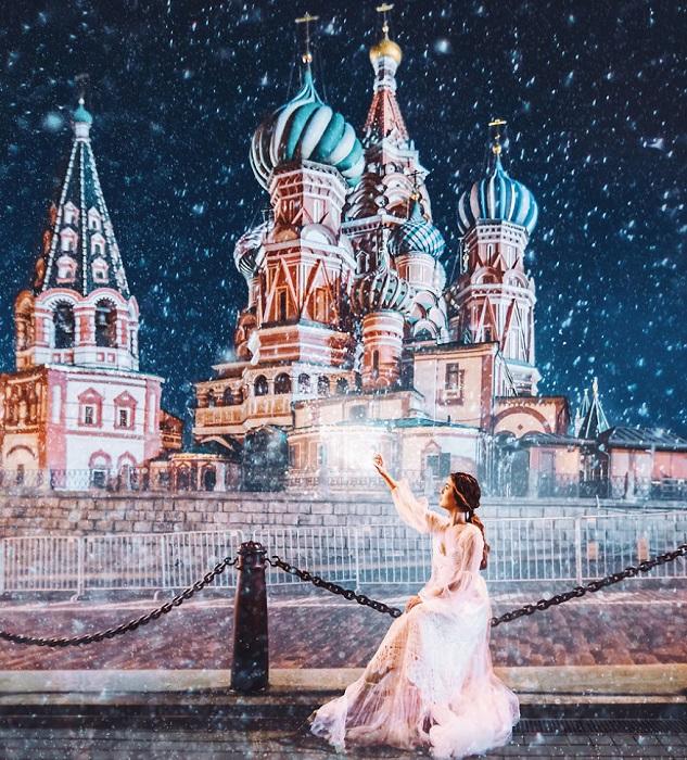 Благодаря ярким краскам, собор Василия Блаженного выглядит сказочно даже ночью во время снегопада.