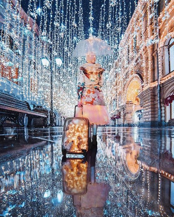Волшебство новогодней иллюминации с легкостью превращает Никольскую улицу великолепную сказочную локацию.