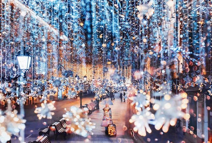 Предпраздничные световые инсталляции из разноцветных гирлянд создают в городе особую и незабываемую атмосферу.