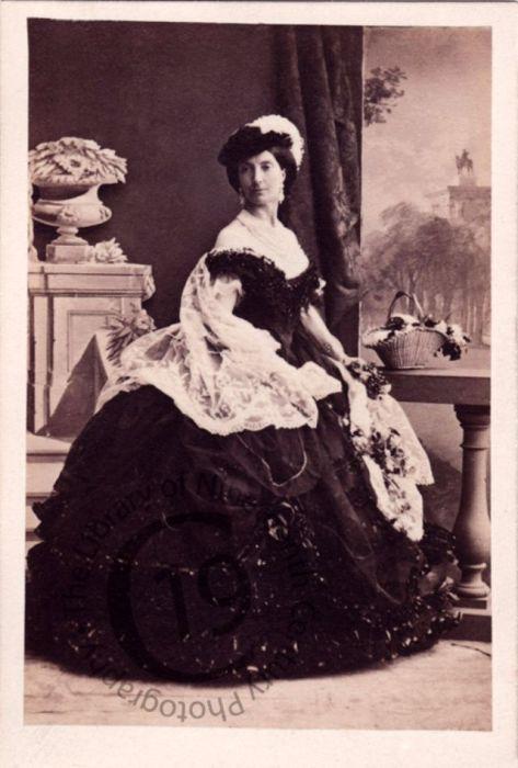Дочь 8-го маркиза Твиддейла вышла замуж за лорда Дору и с 1852 года носила титул герцогини Веллингтонской.