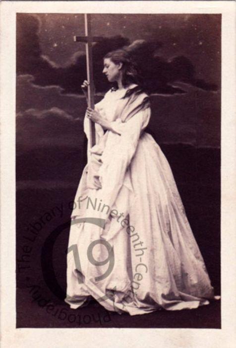 Жена графа Джона Пойнца Спенсера в костюмированном образе, символизирующем веру.