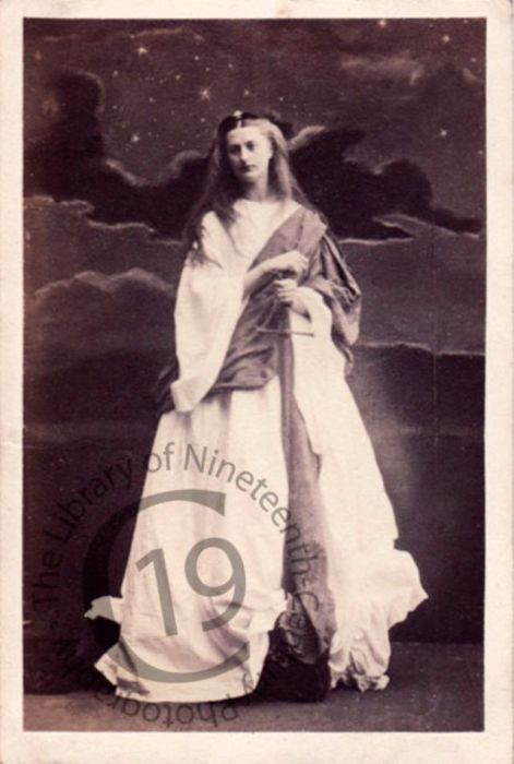 Прекрасная виконтесса Сеймур в костюмированном образе, символизирующем стойкость.