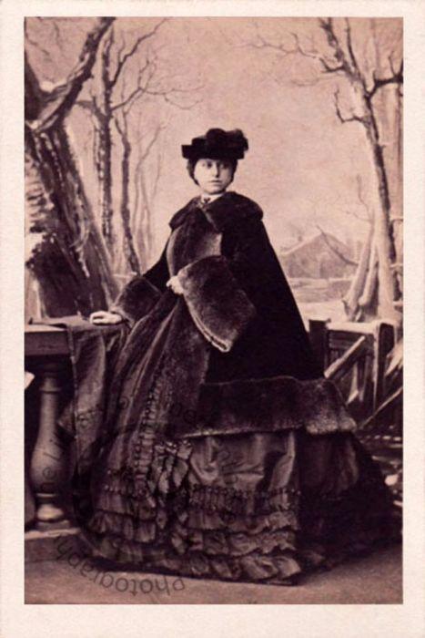 Виконтесса Сомертон, принявшая в последствие титул графини Нормантон, в шикарном меховом плаще.