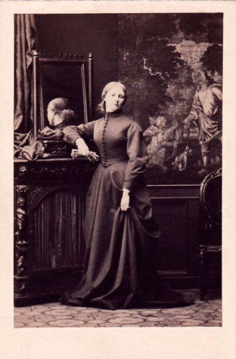 В течение нескольких лет, примерно с 1858 по 1860 год, небольшие фотографии размером с визитную карточку были очень популярны и пользовались большим спросом.