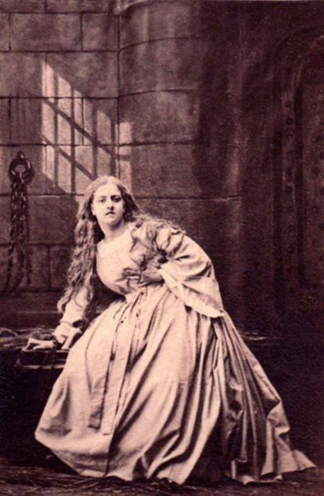 Выдающаяся итальянская оперная певица, обладательница колоратурного сопрано, в постановочной тюремной сцене из «Фауста» И.Ф. Гете.