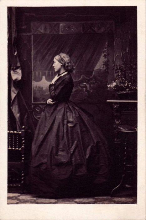 Портреты небольшого формата, которые делал Камиль Силви, были доступны по цене, чем привлекали разнообразную и многочисленную клиентуру.