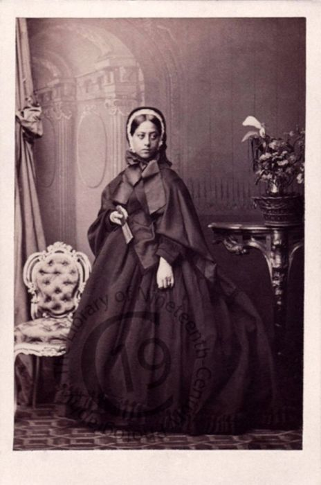 После смерти своего мужа Александра Лихолихо, Королева Эмма осталась вдовой, взяв новое имя – Калелеонанани.