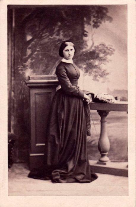 Дочь 2-го маркиза Камдена в модном платье для верховой езды.